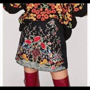 Zara woman floral embroidered black skirt. Size L.